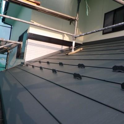 宇都宮市 外壁塗装・屋根カバー工事 15日目 下屋根カバー工事 北面ルーフ貼り完了 ケラバ・壁水切り板金取付