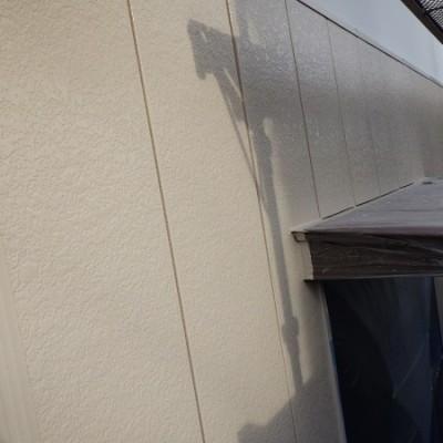 宇都宮市 外壁塗装工事 四日目 外壁サイディング下塗り塗装、外壁中塗り・上塗り塗装、軒天と外壁取り合い一回目